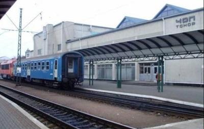В Закарпатье в туалете поезда поймали контрабандистку без документов