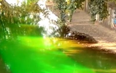 У Києві вандали пофарбували річку Либідь