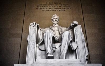 Киргиз надряпав своє ім я на меморіалі Лінкольна у Вашингтоні