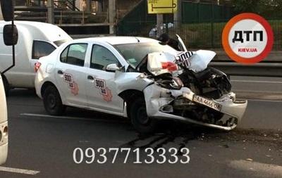 У Києві таксі зіткнулося з маршруткою