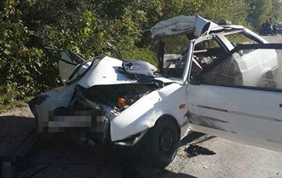 В Запорожье легковушка въехала в столб, погибли два человека