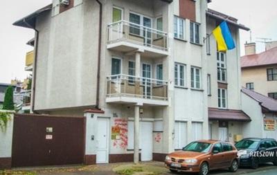 Київ направив ноту Польщі через свастику на будівлі консульства
