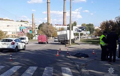 В Днепре грузовик сбил трех человек на переходе
