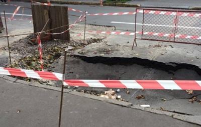 В Киеве напротив посольства Польши провалился асфальт