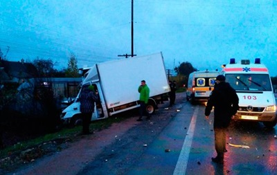 У Житомирській області зіткнулися маршрутка і вантажівка, загинула людина