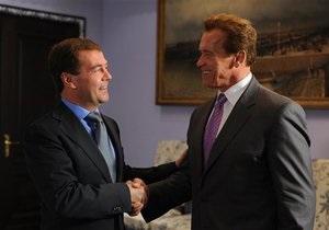 Медведев показал Шварценеггеру свой тренажерный зал