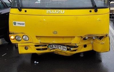 В Киеве столкновение маршрутки и легковушки спровоцировало пробку