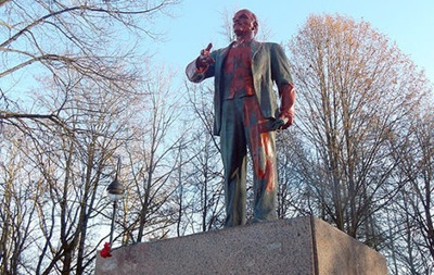 У РФ пам ятник Леніну облили червоною фарбою