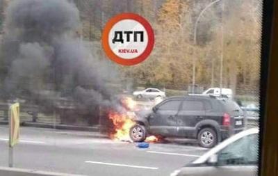 У Києві посеред дороги загорівся автомобіль
