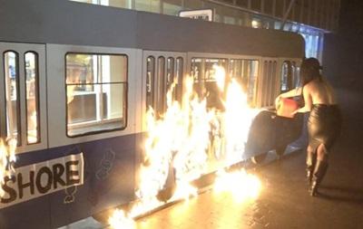 Задержана активистка, которая подожгла трамвай у магазина Roshen