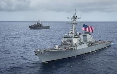 Потерявший управление буксир протаранил ракетный эсминец США уберегов Японии