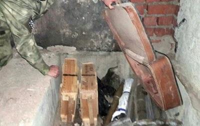 В Светлодарске обнаружили в тайнике 10 гранатометов