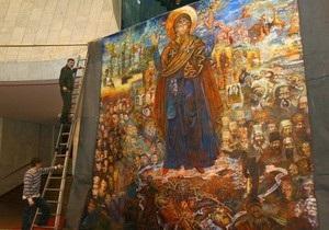 В Киеве показали золото скифов и картину с трехглавым Ющенко