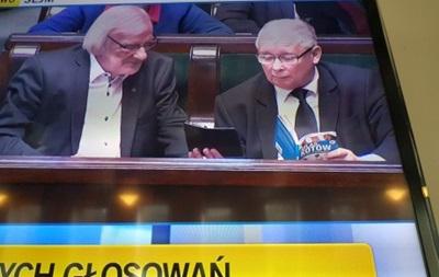 Качиньского поймали на заседании Сейма за чтением книги о котах