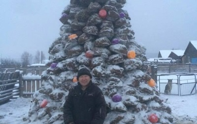 В России слепили новогоднюю елку из навоза