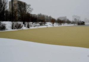 В Киевводоканале не знают происхождения желтых пятен в Днепре