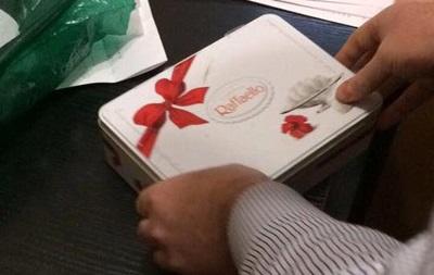 У Києві прокурору принесли хабаря в коробці від відомих цукерок