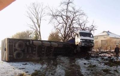У Львівській області перекинулася фура, зіткнувшись з легковим авто