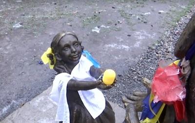 У Дніпрі скульптуру дівчинки вбрали у патріотичні кольори