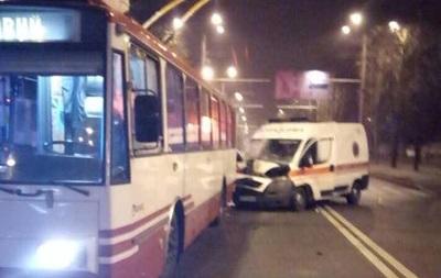 У Харкові швидка врізалася в тролейбус, є постраждалі
