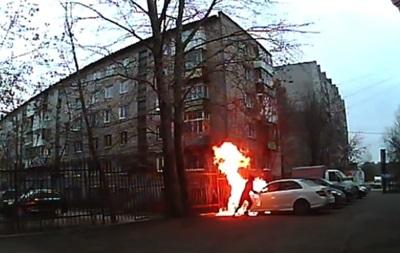 В России хулиган поджег авто и загорелся сам