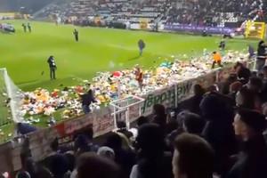 Фанаты забросали поле игрушками для детей-инвалидов на Рождество