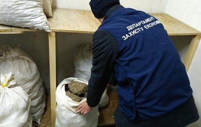 На Рівненщині поліція виявила понад тонну нелегально видобутого бурштину