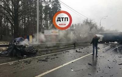 У Києві фура розчавила легковик, є жертви