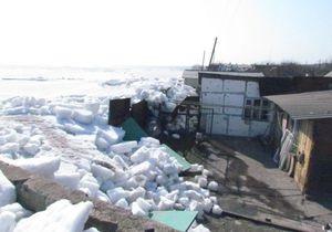 В Мариуполе лед Азовского моря разрушил более десятка частных строений