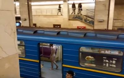 В киевском метро голый мужчина ворвался в кабину машиниста поезда