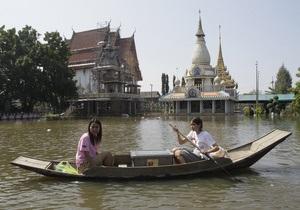 Наводнение в Таиланде: Окраину Бангкока затопило, вода движется к центру города