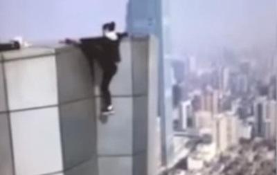 В Китае разбился руфер, сорвавшись с крыши небоскреба