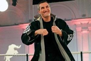 Володимир Кличко продав свій халат із секретною флешкою за 215 тис. доларів