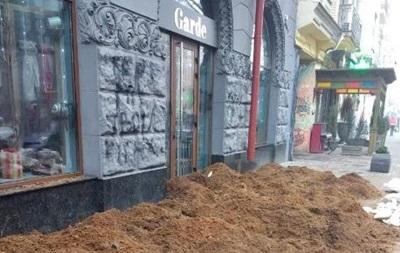 В Киеве навозом заблокировали вход в магазин