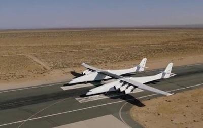 Крупнейший в мире самолет впервые выкатили на полосу