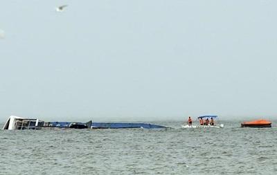 У побережья Филиппин перевернулся паром с 251 человеком на борту