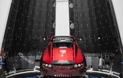 Маск показав електромобіль, який полетить на Марс під музику Боуї