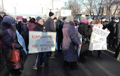 В Николаеве рабочие Судостроительного завода перекрыли дорогу