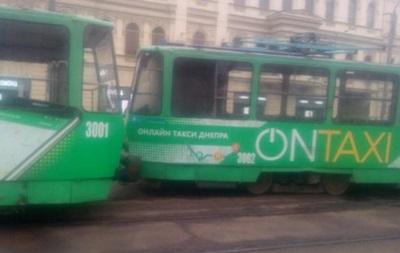 В Днепре сошедший с рельсов трамвай парализовал движение