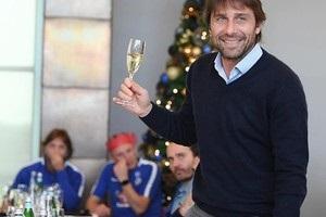 Конте после матча пришел к журналистам с шампанским