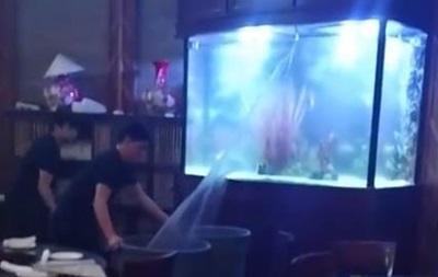 В США треснувший аквариум затопил ресторан