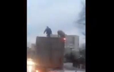 Под Киевом засняли  схватку  мужчины и свиньи