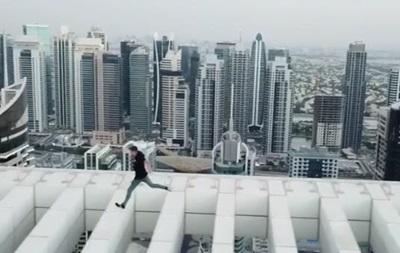 Британець виконав ризиковий трюк на даху хмаросяга