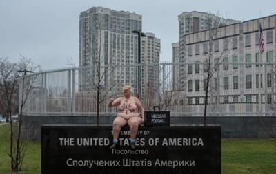 Активистка Femen в образе Трампа разделась возле посольства США