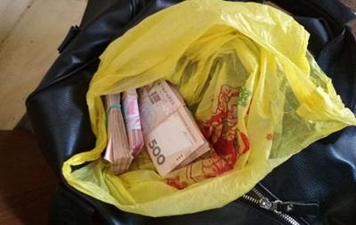 На Донбасі затримали іноземця з повною сумкою грошей