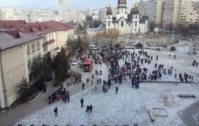 У Львові із  замінованої  школи евакуювали 700 осіб