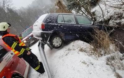 У Чехії снігопади паралізували руху на трасах