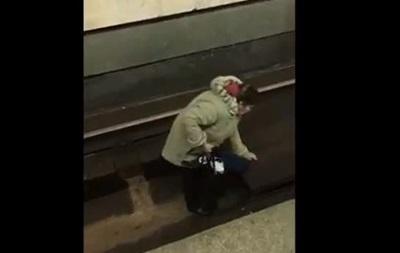 Вкиевском метро женщина упала напути