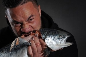 Паркер загрожує Джошуа сирою рибою