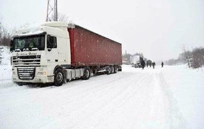 На трасі Київ - Харків затори через снігопад